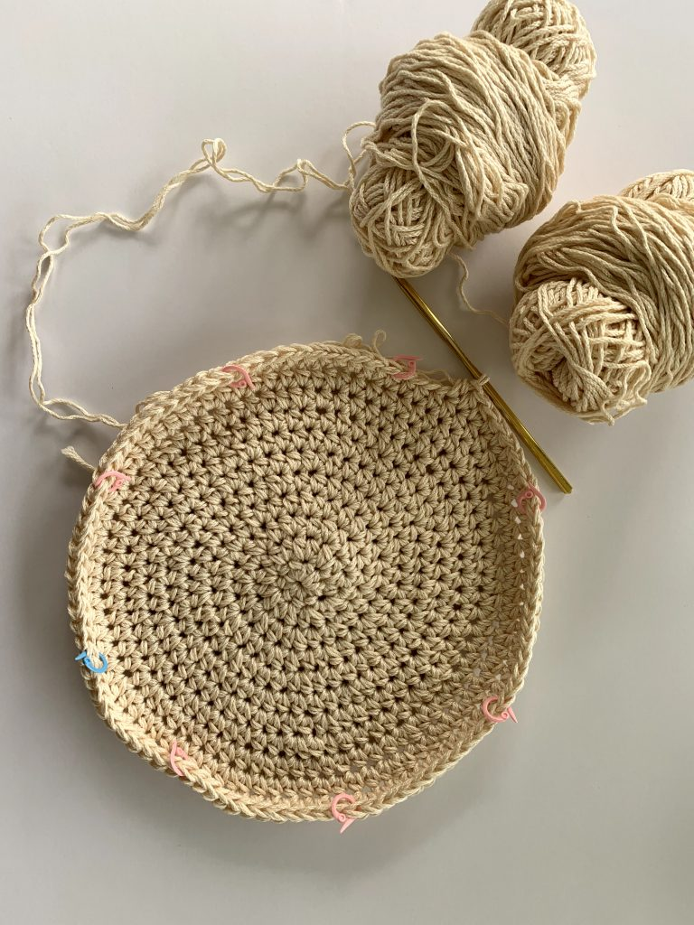 visual for how to make a round crochet placemat